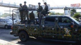 Efectivos militares permanecían vigilando la intersección de las avenidas Máximo Gómez y 27 de Febrero.   José de León