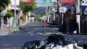Los manifestantes lanzaron desperdicios a las calles y quemaron naumáticos.   Elieser Tapia