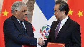Los cancilleres  de la República Popular China, y de la  Repùblica Dominicana,  Wang Yi y Miguel Vargas Maldonado, respectivamente.