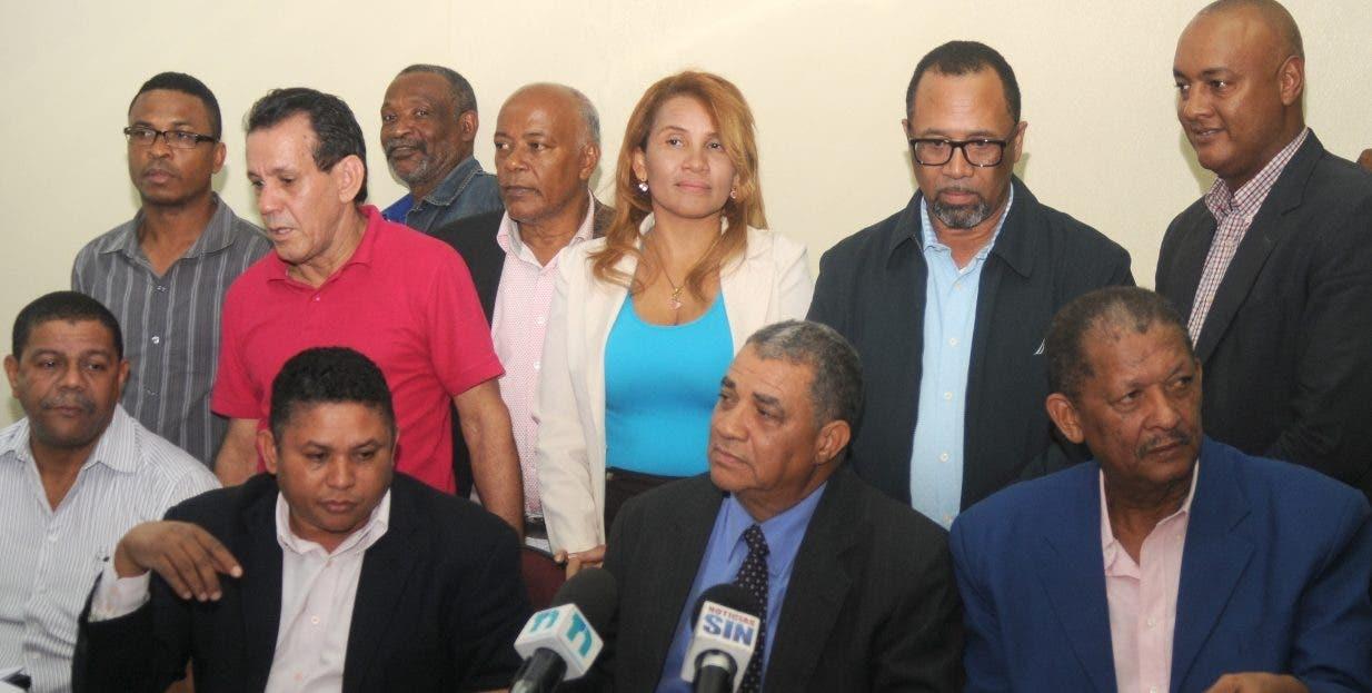 Gilberto Almonte junto a los  miembros de la Comisión Electoral de la ADP.  Nicolás Monegro.