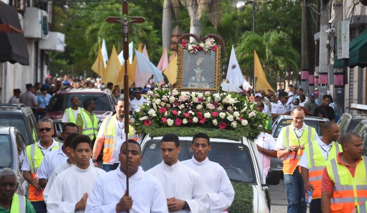 La  procesión recorrió varias calles de la Ciudad Colonial hasta el parque Colón.  Alberto calvo
