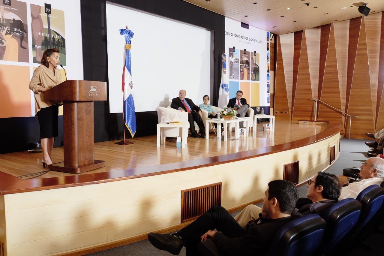 """La escritora Soledad Álvarez Cartas lee el prólogo de la obra """"Cartas a Evelina"""", de Francisco E. Moscoso Puello."""