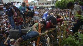Miles de migrates hondureños se apresuran hacia México en Tecun Uman, Guatemala. (AP Foto/Oliver de Roos)