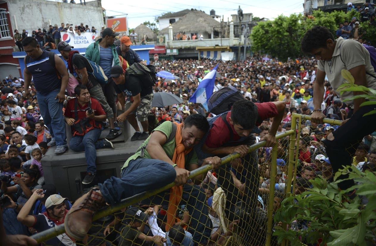 20. Miles de migrates hondureños se apresuran hacia México en Tecun Uman, Guatemala. (AP Foto/Oliver de Roos)