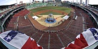 Vista desde la tribuna superior del Fenway Park de Boston, el domingo 21 de octubre de 2018. Los Medias Rojas de Boston y los Dodgers de Los Ángeles se medirán en la Serie Mundial a partir del martes en Boston. (AP Foto/Elise Amendola)