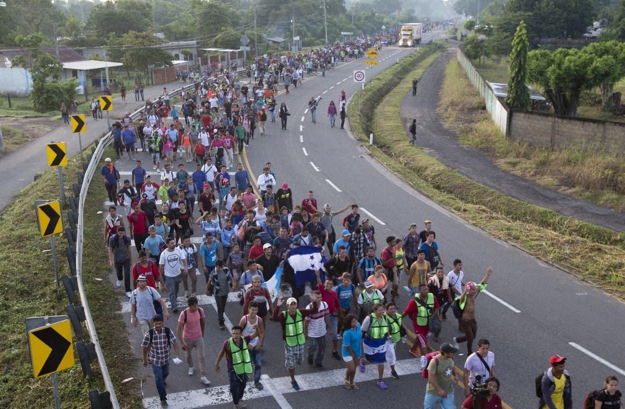 Migrantes centroamericanos caminan hacia la frontera de Estados Unidos sobre una carretera de Ciudad Hidalgo, México. (AP Foto/Moisés Castillo)