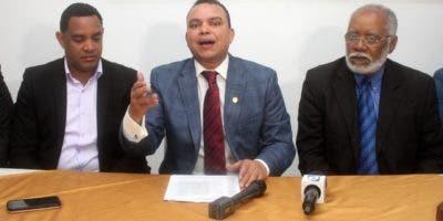 Julio Landrón , presidente de la Sociedad Dominicana de Ortopedia y Traumatología, habla durante una rueda de prensa. Foto de archivo.