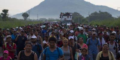 Una caravana de miles de migrantes centroamericanos llenan la carretera mientras caminan afuera de Arriaga, México. AP