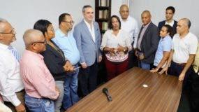 La recién electa presidenta de la ADP, Xiomara Guante, junto al aspirante a candidato presidencial del PRM, Luis Abinader, y otros dirigentes de su equipo. magisterial.