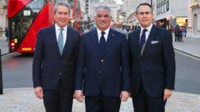 Canciller Miguel Vargas (centro);  el embajador de RD en Reino Unido, Federico Cuello (izquierda); y el presidente de la Cámara Británica de Comercio RD, Leonel Melo.