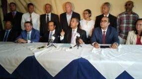 Guido Gómez habló en rueda de prensa junto a otros dirigeentes del PRD.