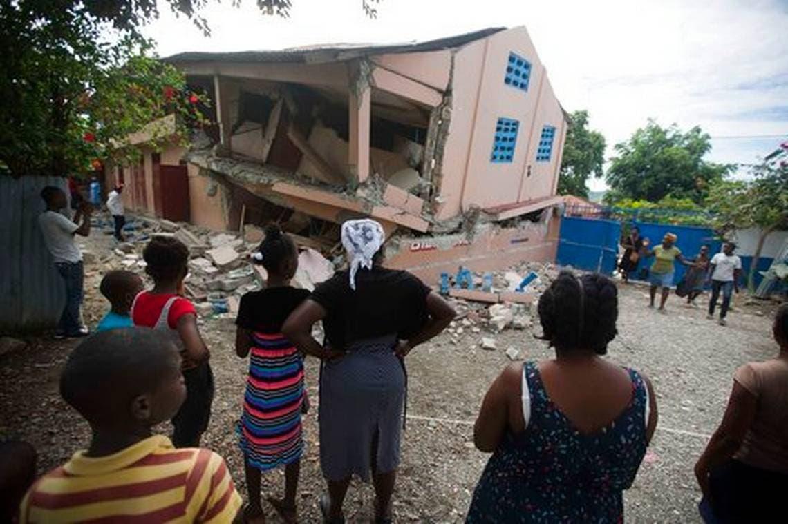 Familias de haitianos se disponían a dormir la noche del domingo en la calle o en los patios de sus viviendas ante el temor de un nuevo temblor.