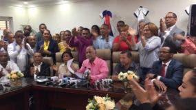 Eduardo Hidalgo (al centro) en la rueda de prensa donde reconoció el triunfo de Xiomara Guante.