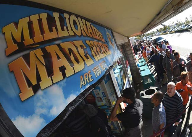 Muchos dominicanos juegan lotería en Nueva York, aunque Las probabilidades de ganar el premio mayor no son muchas, una en 302.5 millones.