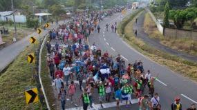 El tamaño de la caravana -que las Naciones Unidas estima está integrada por más de 7.000 personas- no parecía haber mermado cuando la multitud partió en la oscuridad de la madrugada ocasionalmente iluminada por linternas o los focos de la policía municipal que la escoltaba.  Foto de archivo.