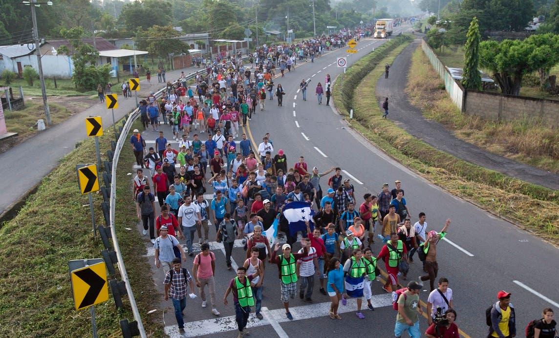 7. El tamaño de la caravana -que las Naciones Unidas estima está integrada por más de 7.000 personas- no parecía haber mermado cuando la multitud partió en la oscuridad de la madrugada ocasionalmente iluminada por linternas o los focos de la policía municipal que la escoltaba.  Foto de archivo.