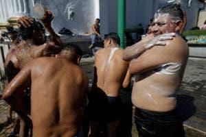Centroamericanos toman un baño durante una pausa en su marcha hacia Estados Unidos.