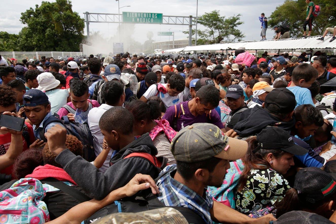 La Policía de México lanza bombas lacrimógenas contra los migrantes hondureños.