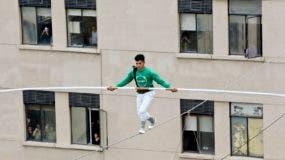 El marroquí Mustafá Danguir, camina sobre una cuerda entre dos edificios a 75 metros de altura, en Santiado de Chile. (AP Photo/Esteban Felix)