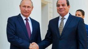 El presidente ruso Vladimir Putin, a la izquieda, saluda al presidente egipcio Abdel-Fattah el-Sissi, durante una reunión en Sochi, Rusia, el miércoles 17 de octubre de 2018. (Alexei Druzhinin, Sputnik, Foto pool del Kremlin vía AP)