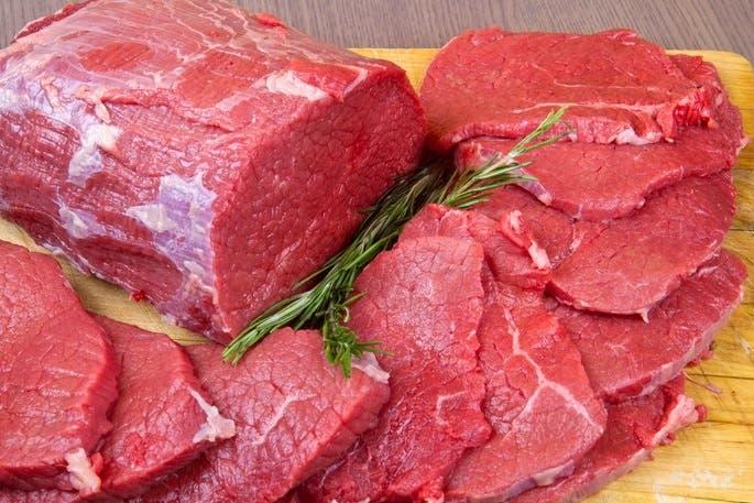 """Entre la carne contaminada se encuentran las marcas Cedar River, JBS Generic, Farms Natural Beef, Comnor Perfect Choice, Gourmet Burger, Grass Run Farms y Natural Beef. Dicho producto fue vendido por la empresa JBS Tolleson Inc., y cuentan con el sello de inspección de USDA, """"EST. 267""""."""