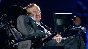 Stephen Hawking vivió durante más de cinco décadas con un trastorno de las motoneuronas que lo dejó paralizado y lo obligó a comunicarse mediante una computadora generadora de voz.