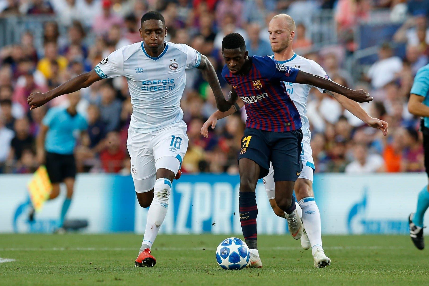 El volante Pablo Rosario (izquierda) del PSV Eindhoven trata de contener al delantero Ousmane Dembélé del Barcelona en un partido por la Liga de Campeones en Barcelona, el martes 18 de septiembre de 2018. (AP Foto/Manu Fernández)