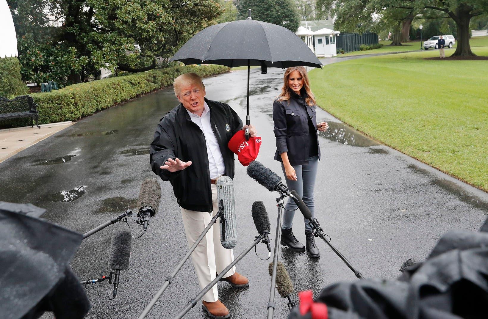 Trump no comparte su paraguas con Melania y le llueven críticas en Twitter
