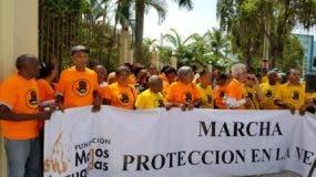 Envejecientes realizan protestas en Día Internacional del Adulto Mayor.