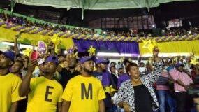 Seguidores de Temo alzan estrellas amarillas y pancartas en apoyo a su precandidatura.