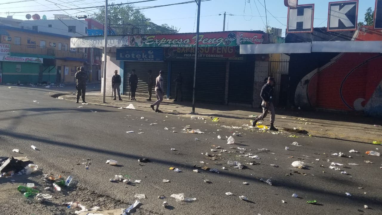 4. Los moradores lanzaron escombros a las calles en apoyo al paro