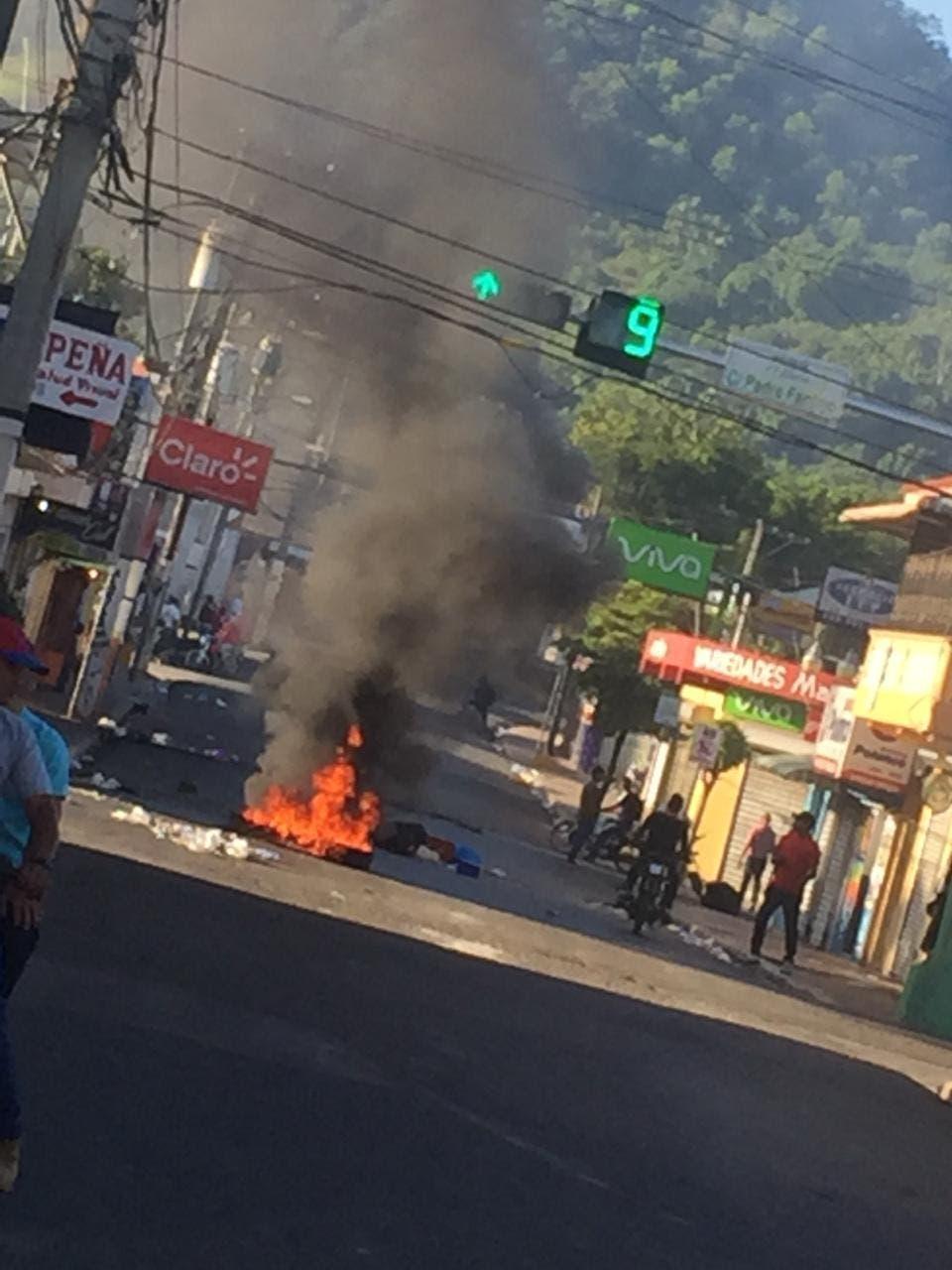 19. En Maimón encendieron neumáticos en reclamo de una rebaja en los precios de combustibles