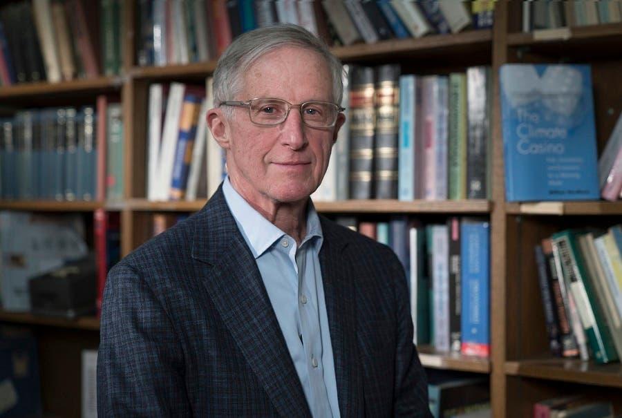 """Nordhaus ha argumentado que el cambio climático debe considerarse un """"bien público global"""", como la salud pública o los acuerdos comerciales internacionales y, por consiguiente, regularlo, pero no a través de una estrategia de mando y control."""