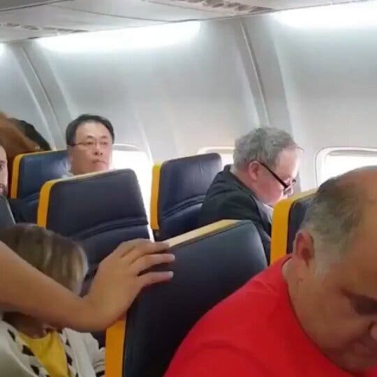 Hombre racista insulta a mujer en pleno vuelo