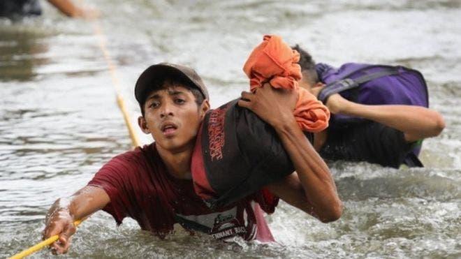 15. Muchos de los migrantes se arrojaron al río para poder cruzar a México desde Guatemala.