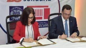 La directora de Banca Solidaria, Maira Jiménez Pérez y el ministro de Educación, Andrés Navarro firman el acuerdo.