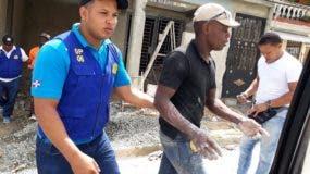 Un ciudadano haitiano indocumentado es detenido por un agente de Migración.