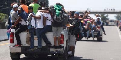 Cientos de habitantes en pickups, camionetas y camiones de carga se detuvieron para permitirles subir.