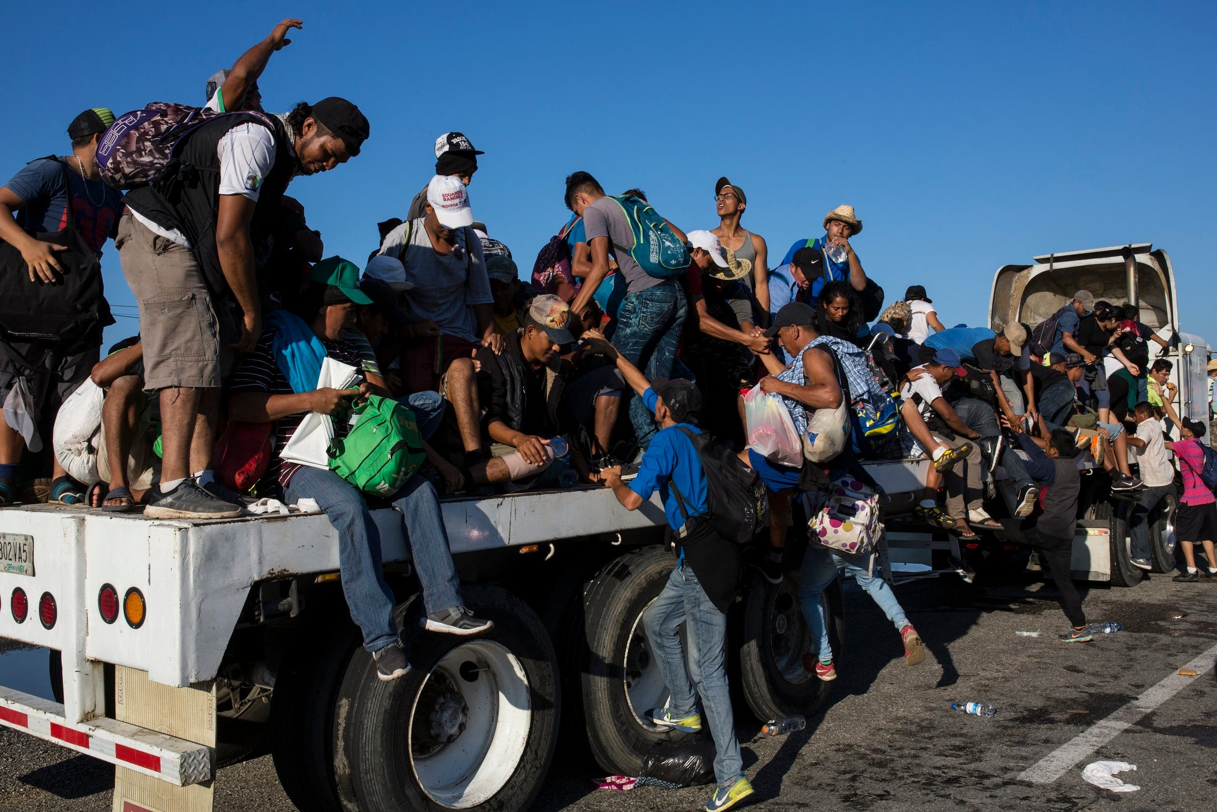 """La caravana formada por más de 10.000 personas que caminan desde Honduras hacia Estados Unidos, huidos del hambre y la violencia, """"es consecuencia de la desidia y estigma de políticos, empresarios, caciques y narcotraficantes""""."""