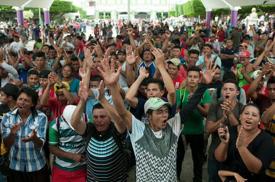 17.  La caravana de migrantes, que comenzó hace más de una semana con menos de 200 participantes, ha atraído más personas a lo largo de la ruta y creció a unos 5.000 el domingo luego que muchos encontraron formas de cruzar de Guatemala a México mientras la policía mexicana bloqueaba el cruce oficial.