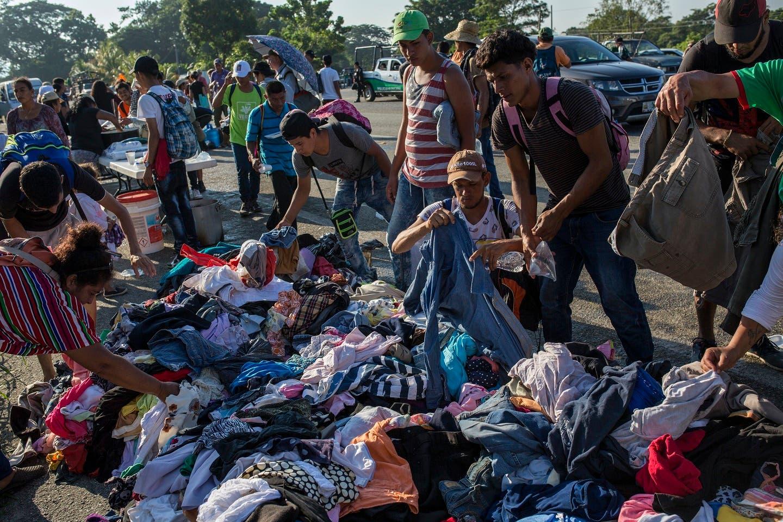 1. Migrantes escogen ropas donadas por los méxicanos.