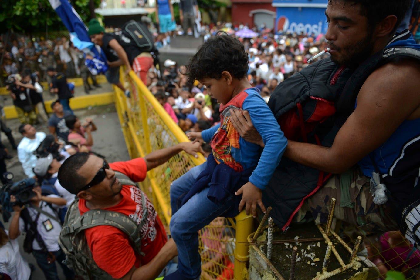 19. Miles de migrantes hondureños lograron cruzar la frontera entre Guatemala y México en su marcha hacia Estados Unidos. (AP Photo/Oliver de Roos)