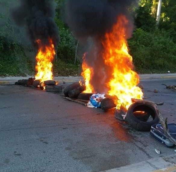 Quema de neumáticos en Maimón, tránsito paralizado y actividades nulas.