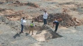 Ingenieros identificados como miembros de Obras Públicas mientras laboraban el pasado 25 de octubre  en terrenos del Parque del Este