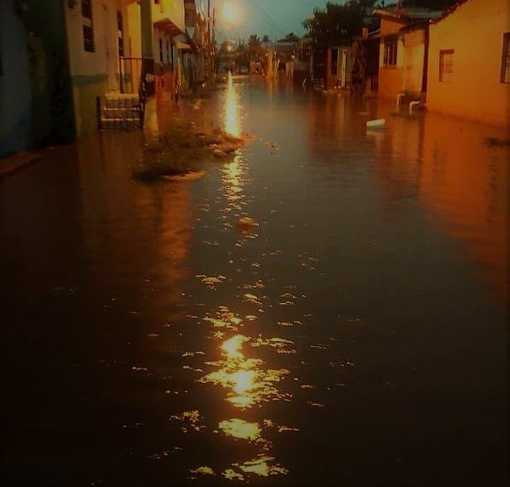 La intensidad de las precipitaciones causó inundaciones de varias viviendas en el ensanche Dubeau (Los Callejones), La Viara, Puerto Rico, Playa Oeste, Nuevo Renacer, Las Mercedes, Los Olivas, San Marcos.