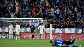 El arquero del Real Madrid Thibaut Courtois, al fondo, mientras los jugadores del Aalvés, en el piso, festejan la victoria 1-0 en la Liga española, el sábado 6 de octubre de 2018. (AP Foto/Alvaro Barrientos)