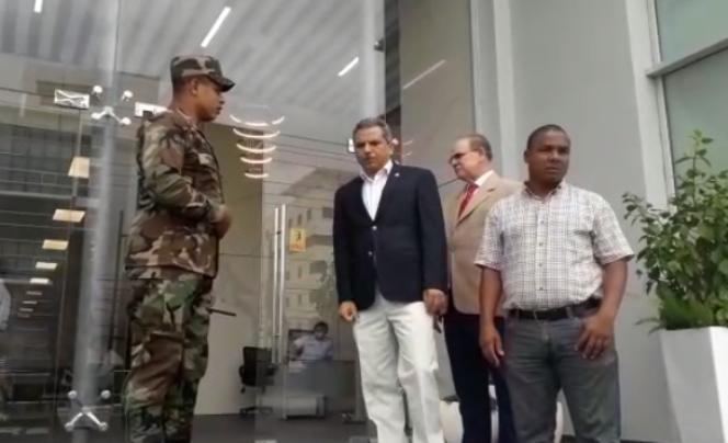 Una comisión encabezada por Fidel Santana fueron mandados a sacar del edificio del Ministerio de Industria y Comercio a donde se presentaron para depositar un documento.