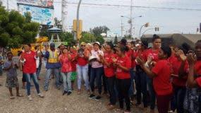 Amas de casa y esposas de choferes en protesta por alza de combustibles. Foto tomada de Telenoticias