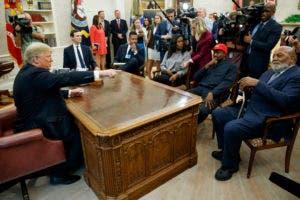 El presidente Donald Trump se reúne con el rapero Kanye West y el ex jugador de fútbol Jim Brown en la Oficina Oval de la Casa Blanca, el jueves 11 de octubre de 2018, en Washington. (Foto AP / Evan Vucci)