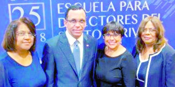 El ministro de Educación, Andrés Navarro, junto a miembros de la  Udiep.